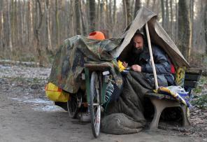 Der Obdachlose Wolfgang W. sitzt am Freitag (28.01.2011) in Hannovers Stadtwald Eilenriede unter einer Plane und gegen die Minusgrade in einen Schlafsack gehüllt auf einer Parkbank. Der frostige Winter treibt viele der Obdachlosen in die Auffangstellen in Niedersachsen. Die geschätzte Zahl der Menschen ohne feste Bleibe ist nach Angaben der Diakonie in Niedersachsen relativ konstant. Foto: Jochen Lübke dpa/lni (zu lni 0857) +++(c) dpa - Bildfunk+++