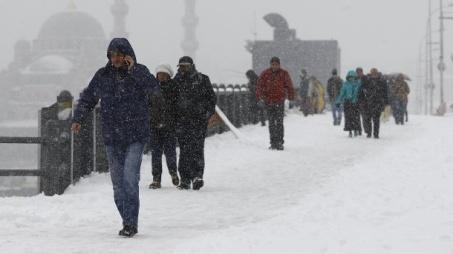 fussgaenger-auf-der-schneebedeckten-galatabruecke-in-istanbul-